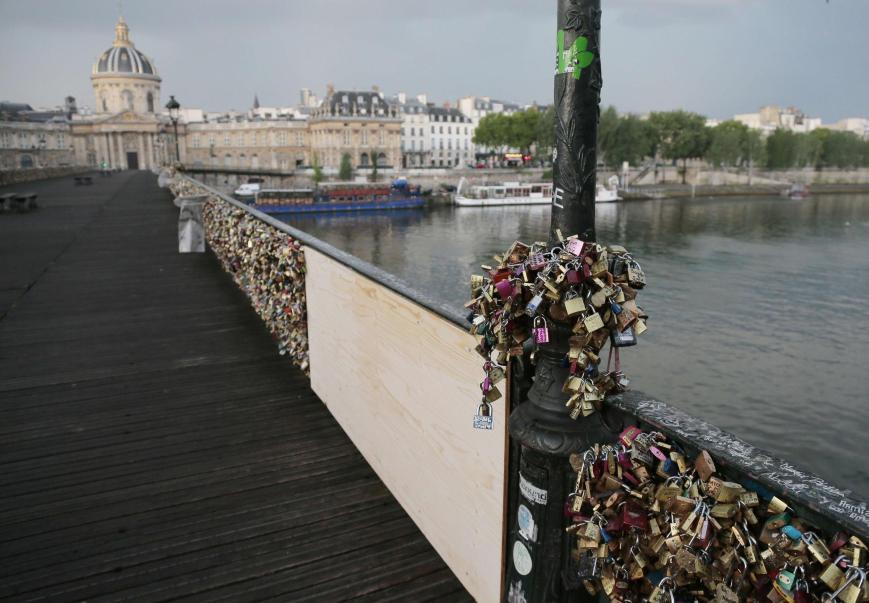 Paris Pont des Arts love lock bridge collapses