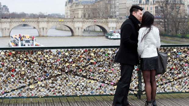 pont des arts love locks 2